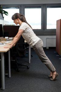 Hana Verdev Široke sklece na mizi – krepi prsne mišice, oblikuje rame, roke in trebušne mišice.