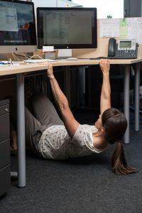 Široke sklece na mizi – krepi in oblikuje mišice hrbta in rok