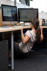 Hana Verdev Široke sklece na mizi – krepi in oblikuje mišice hrbta in rok