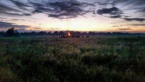 Slika 2- praznovanje najdaljšega dneva v letu s prižiganjem kresov, imenovano tudi Kupalo oziroma poletni Sončev obrat, ura posnete fotografije 23-12, osebni arhiv, Vesna Cesar za NavdihniMe, izdaja Insights d.o.o.