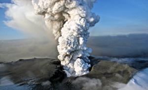 Vulkan Eyjafjallajökull je v ozračje izbruhal velike količine pepela in nekaj mesecev motil letalski promet čez Atlantik.(foto: internet) članek Ivanuša za Navdihni.me by Insights d.o.o.