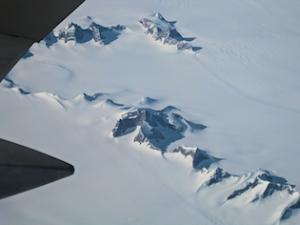 Notranjost Grenlandije - iz 3 km debelega snežnega pokrova gledajo le najvišji bazaltni vrhovi gora. za Navdihni.me by Insights d.o.o.