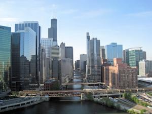 Pogled iz našega hotelskega balkona proti središču mesta, ki se razprostira ob reki Chicago. Vy Andrej Ivanuša za Navdihni.me by Insights d.o.o.