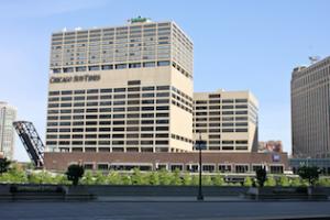 Holiday Inn Mart Plaza Hotel (vendar le osem nadstropij v zgornji polovici, spodaj je redakcija mestnega časopisa Chicago Sun-Times)