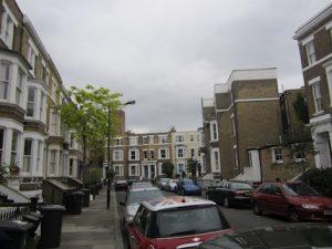 02 Ena izmed hiš na levi strani ulice je »Naš dom« slovenske katoliške misije v Londonu za Navdihni me by Insights d.o.o.
