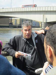 05 Naš odličen vodič na sprehodu po ulicah. V ozadju London Bridge Navdihni me by Insights d.o.o