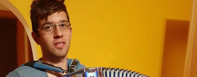 Igranje harmonike je za srednješolca Aljaža umik v svet dobrote